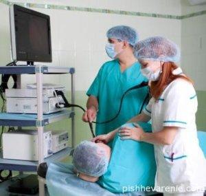 Врач-гастроэнтеролог прибегает к эндоскопии для диагностики