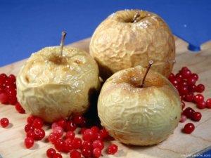 Яблока могут вызывать аллергию, поэтому и с ними нужно тбыть осторожными!
