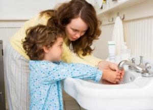 Плохо вымытые руки могут стать причиной заражения.