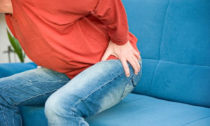Болезненные ощущения как один из симптомов геморроя или анальной трещины