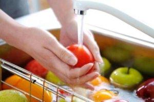 Овощи и фрукты надо тщательно мыть.