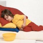Если ребенок рыгает, что делать: чем ему помочь