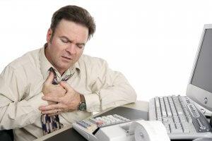 Горечь во рту и тошнота: причины явления и лечение