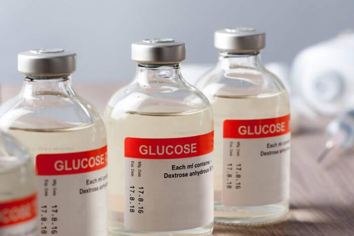 Для чего капают глюкозу: основные сведения о лекарстве, показания и противопоказания