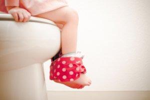 Что делать, если ребенок поносит: основные причины и лечение