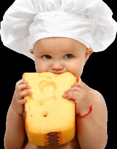 Ребенок ест сыр