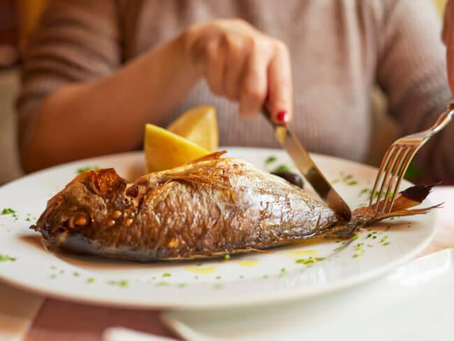 Блюдо с запеченной рыбой