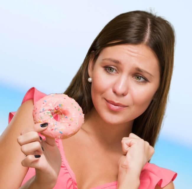 Женщина с пончиком