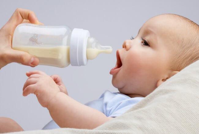 Новорожденный ест