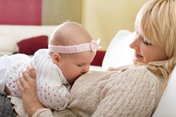 Кормящая женщина с ребенком
