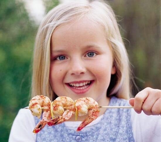 Ребенок ест креветки