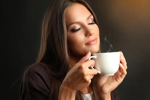 Пьет какао