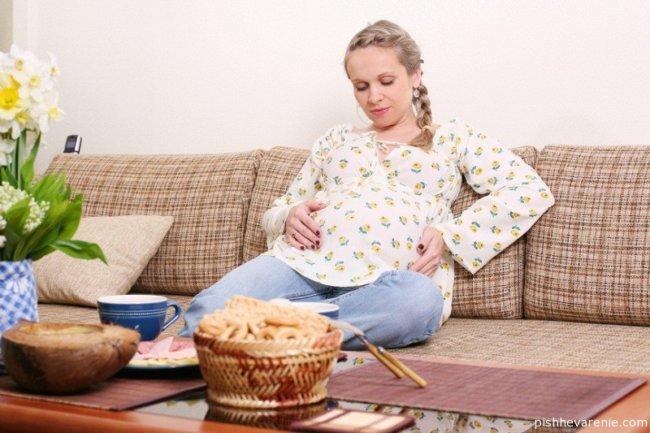 Почему при беременности болит желудок? Чем помочь?