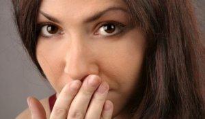 Если отрыжка сопровождается неприятным запахом, пора обратиться к врачу