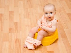Часто при наличии слизи в кале ребенок ведет себя спокойно