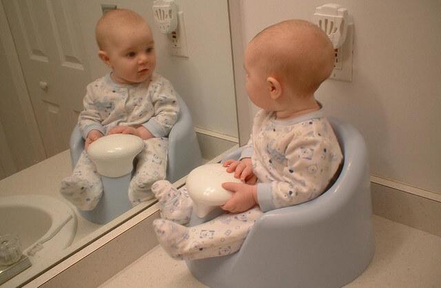 Понос у грудничка: что делать, чтобы не навредить ребенку?