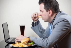 Тошнота и тяжесть в желудке может быть вызвана неправильной пищей