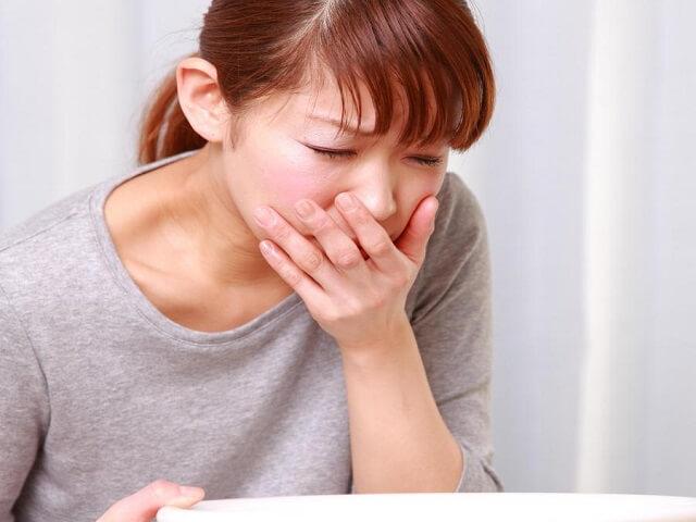 Болит желудок и подташнивает: почему и что делать?