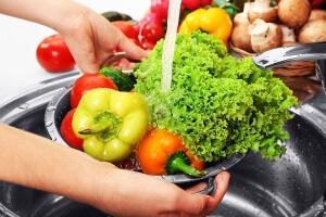 Мыть фрукты и овощи