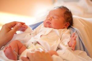 Что делать, если новорожденный не какает