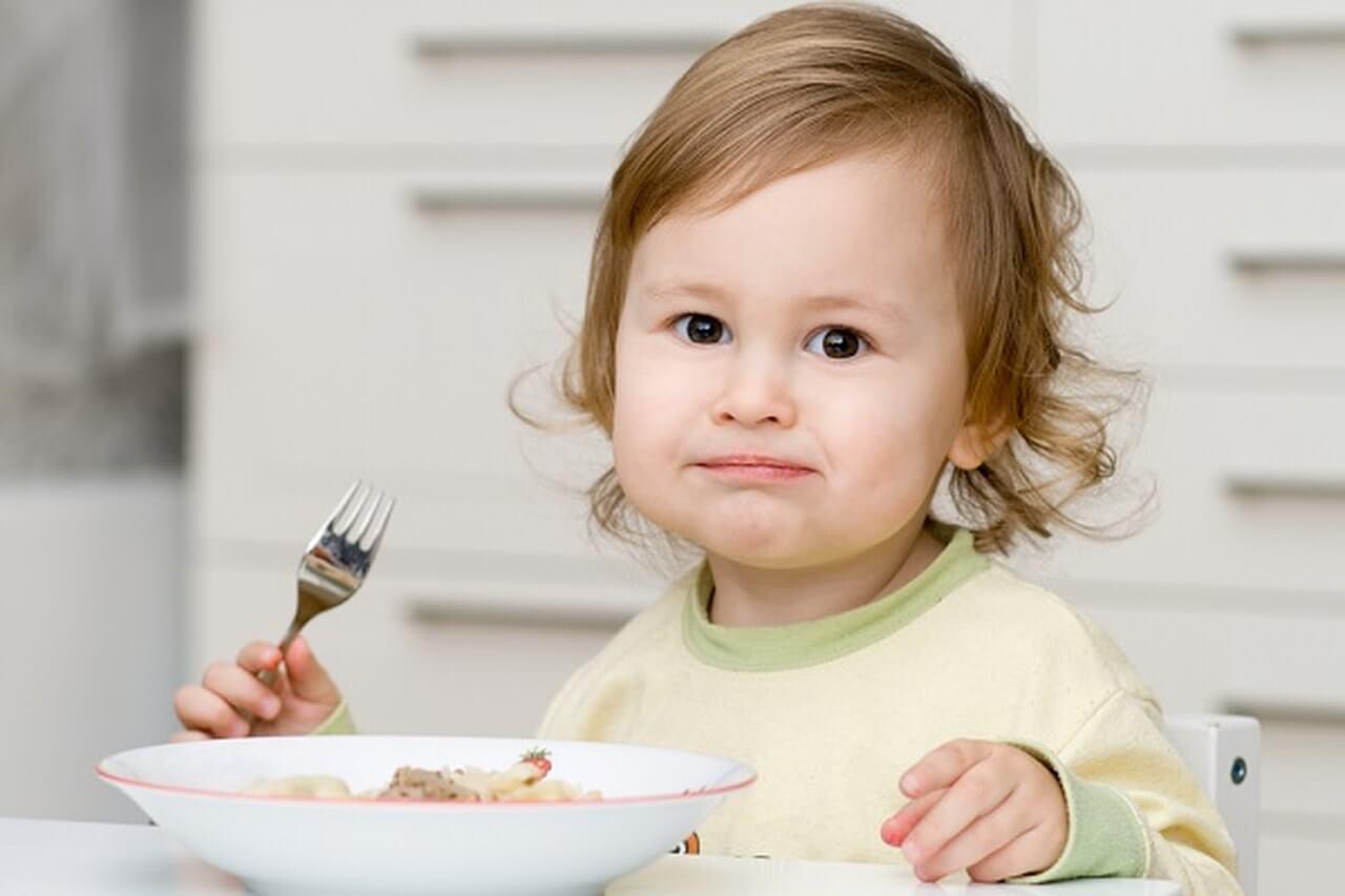 Ребенок ест котлеты