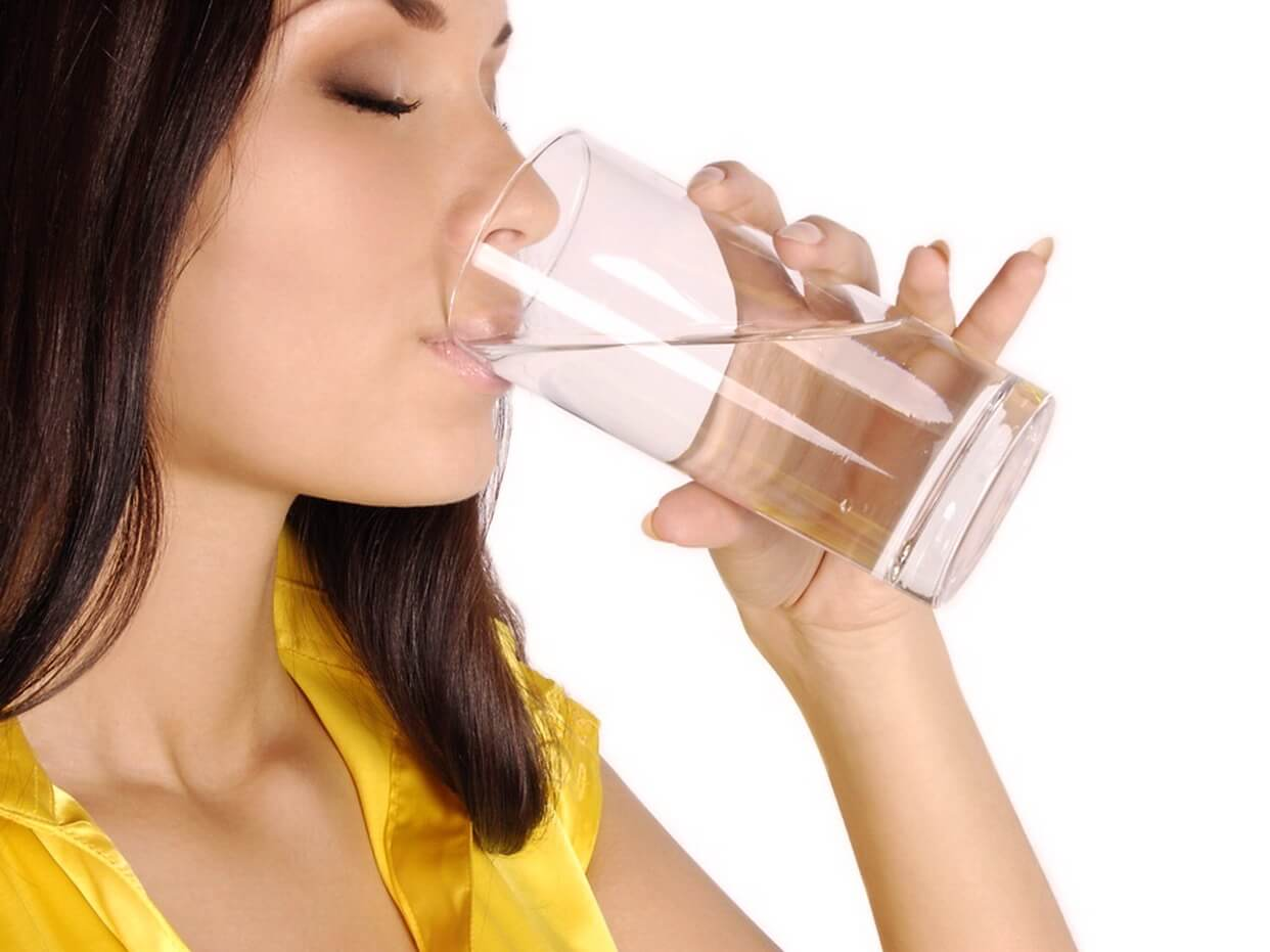 Женщина пьет соду