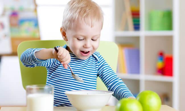 Ребенок ест бульон