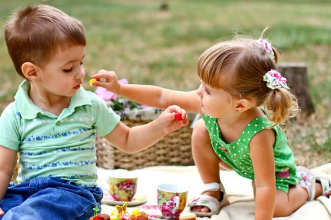 Дети кушают желе