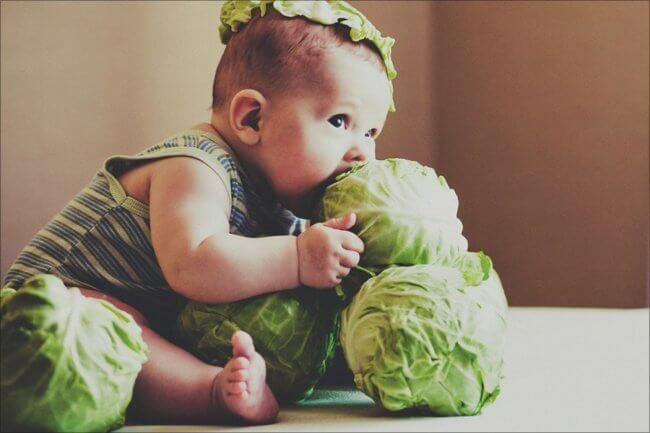 Ребенок ест капусту