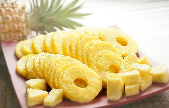 Можно ли кормящей маме консервированные ананасы, польза и вред продукта