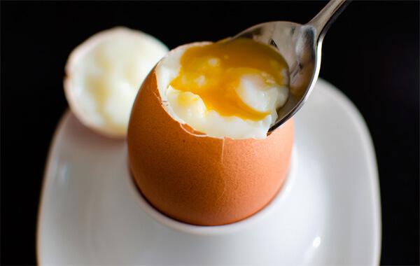Сколько калорий в вареном яйце всмятку и его польза при похудении