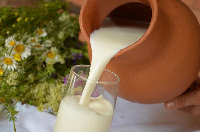 Наливает молоко