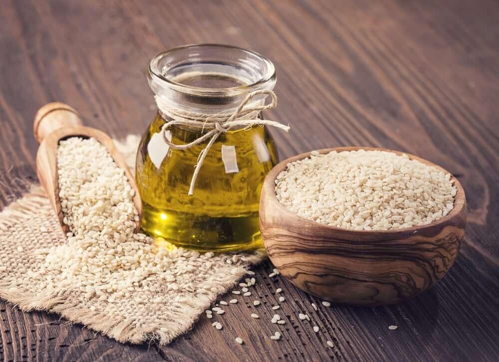 Чем полезно кунжутное масло - ценные свойства, состав продукта, использование в медицине и возможные противопоказания