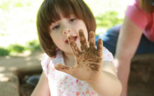 Ребенок с грязными руками