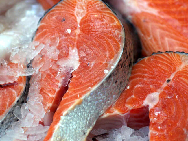 Красная рыба во льду